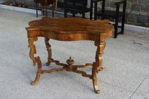 Tavolo da centro Luigi Filippo in radica e noce massello realizzato a metà '800