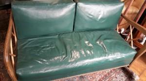 Divanetto in finta pelle verde realizzato negli anni '50/'60