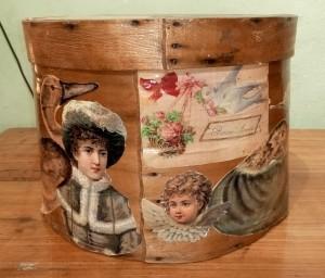 Scatola in legno con applicazioni di carta primi '900